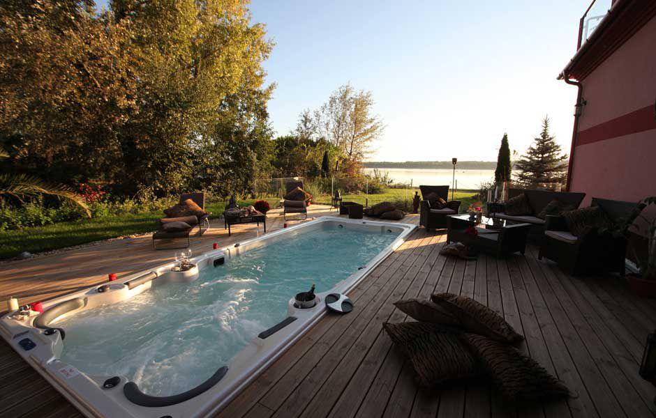 swim spa bazén s protiproudem na zahradě