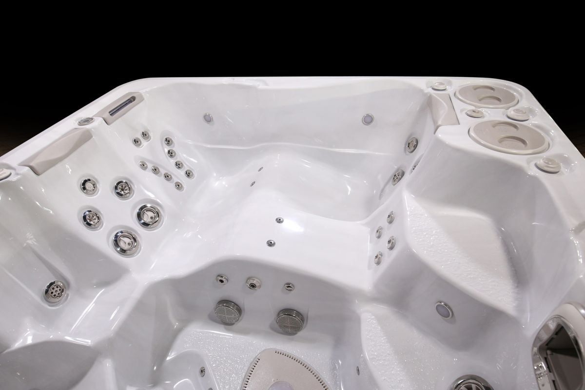 HP17 2018 Model 790 Self Clean Hot  Tub Lounger Image